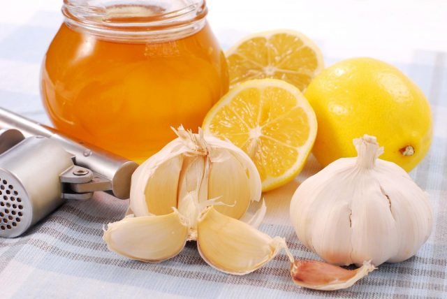 Смесь лимонного сока, меда и чеснока