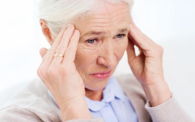 Первые симптомы - сильные боли в области висков
